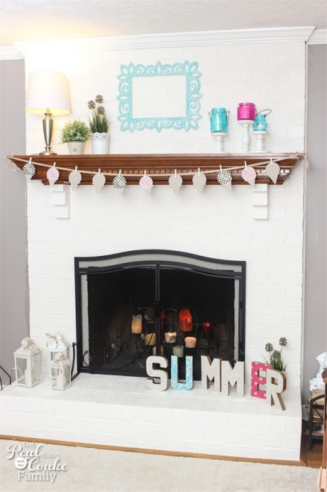 Decorating ideas for a simple and clean summer mantel with some fun touches and color. ♥♥ #Decorating #Ideas #Mantel #Summer #RealCoake