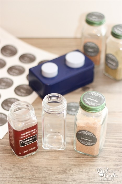 Pretty and easy way to label homemade spices and mixes for ease of finding them in your pantry. #Spices #Labels #Organizing #RealCoake