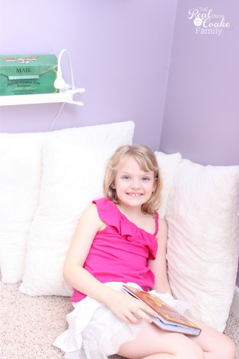 Kids Bedroom Ideas to create a cozy reading nook in the corner of a room. Perfect for encouraging reading. #Kids #Bedroom #Reading #RealCoake