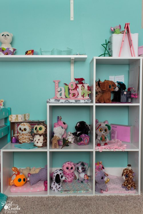Love this cute tween girls bedroom! So many DIY projects and organization ideas for decorating. Love the teal / blue/ paint color. So pretty!