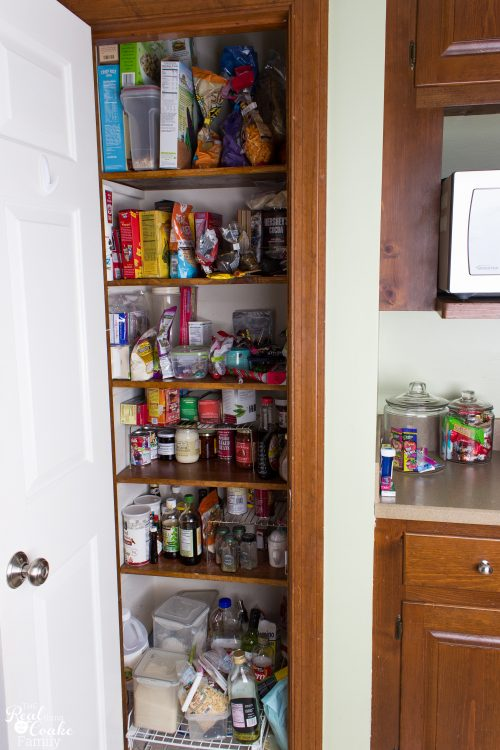 I love this Organized Pantry! Great before & after with printable labels and organizing tips to DIY my kitchen pantry