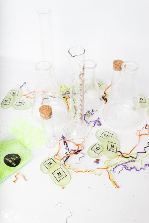 Love these science-themed DIY Halloween crafts. They are so easy and cheap and will be great Halloween decorations for our home this year.