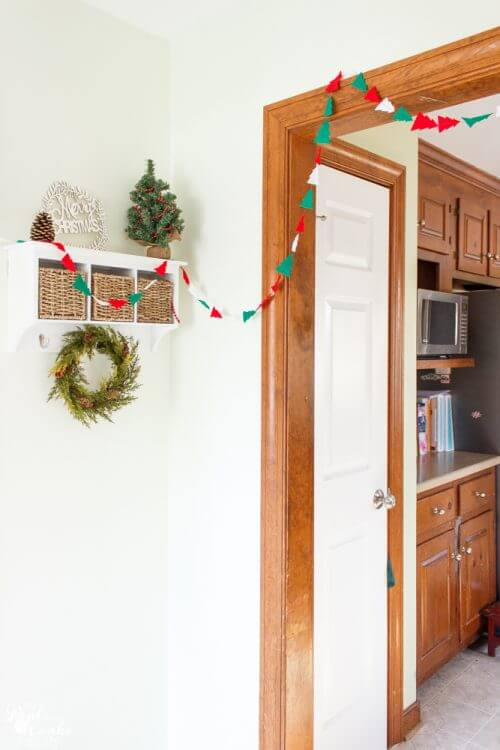 Cute and easy to make DIY Christmas garland! Love this cheep idea to add a felt garland to my Christmas decorations.