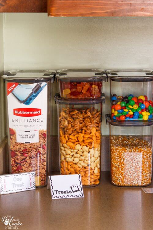 Perfect for keeping family movie night organized and fun! Love the organization ideas for the food and the great containers.